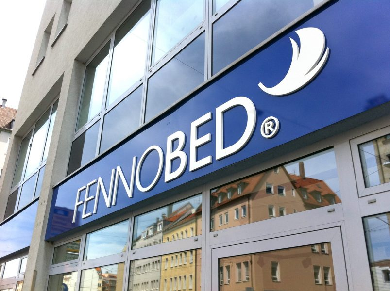 3D Buchstaben für ein übergroßes Logo an einer Ladenfront aus Alu Dibond in weiß.