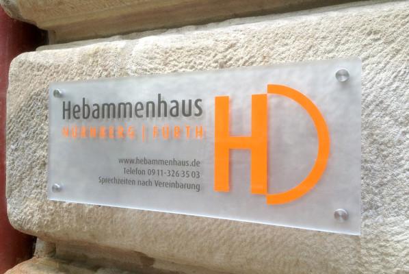 werbeagentur-focus-nuernberg-schild-acryl-hebammenhaus