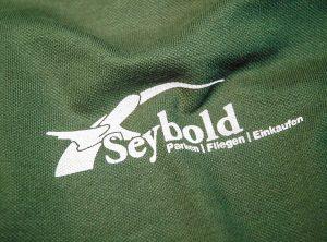 """Die Werbeagentur Focus bietet unter anderem auch Textildrucke wie zb. auf Tshirt, Pullovers, Mützen, Jacken oder Schürzen an. Beispielsweiße hier für """"Seybold"""""""