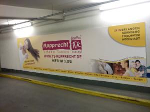 Großformatiges Werbeschild für die Tanzschule Rupprecht in Rot und Gelb, unsichtbar an der Wand befestigt.