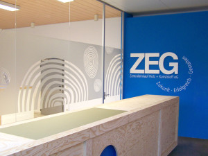 Sichtschutzbeklebung mit ausgeschnittenen, negativen, abstrakten Spiralformen für die ZEG mit Glasdekorfolie.