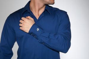 Schmuckfotografie mit Model: Ein Mann in einem blauen Hemd trägt den Schmuckstern als Manschette.