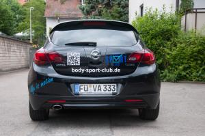 Fahrzeugdesign für den Wagen des Body Sport Clubs in einem coolen blauen Design - Heckansicht.