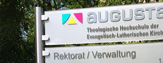 Teilausschnitt der Schildanlage, die die Werbeagentur Focus für die theologische Hochschule Augustana gefertig hat.