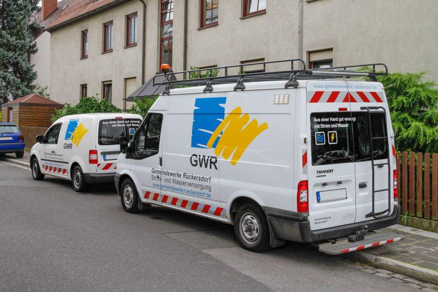 Seitliche Aufnahme zweier Fahrzeuge einheitlich mit dem Design der Rückersdorfer Gemeindewerke beklebt.
