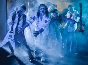 Action-Fotosession der Rockgruppe Hardrock Zombies im  blauen Dunst und richtigen (geschminkten) Zombielook.