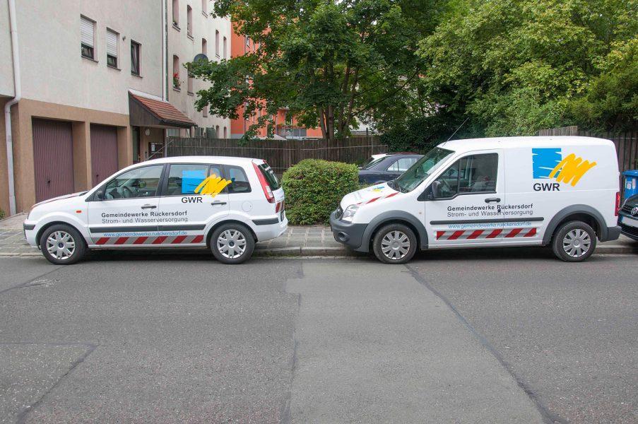 Flottenbeklebung der Gemiendewerke Rückersdorf - 2 Wägen in der Seitansicht mit blauer, gelber und schwarzer Beklebung.