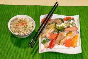 Asiatisches Reisgericht mit Gemüse und Fleisch - in house fotografiert in unserem großen Focus Fotostudio.
