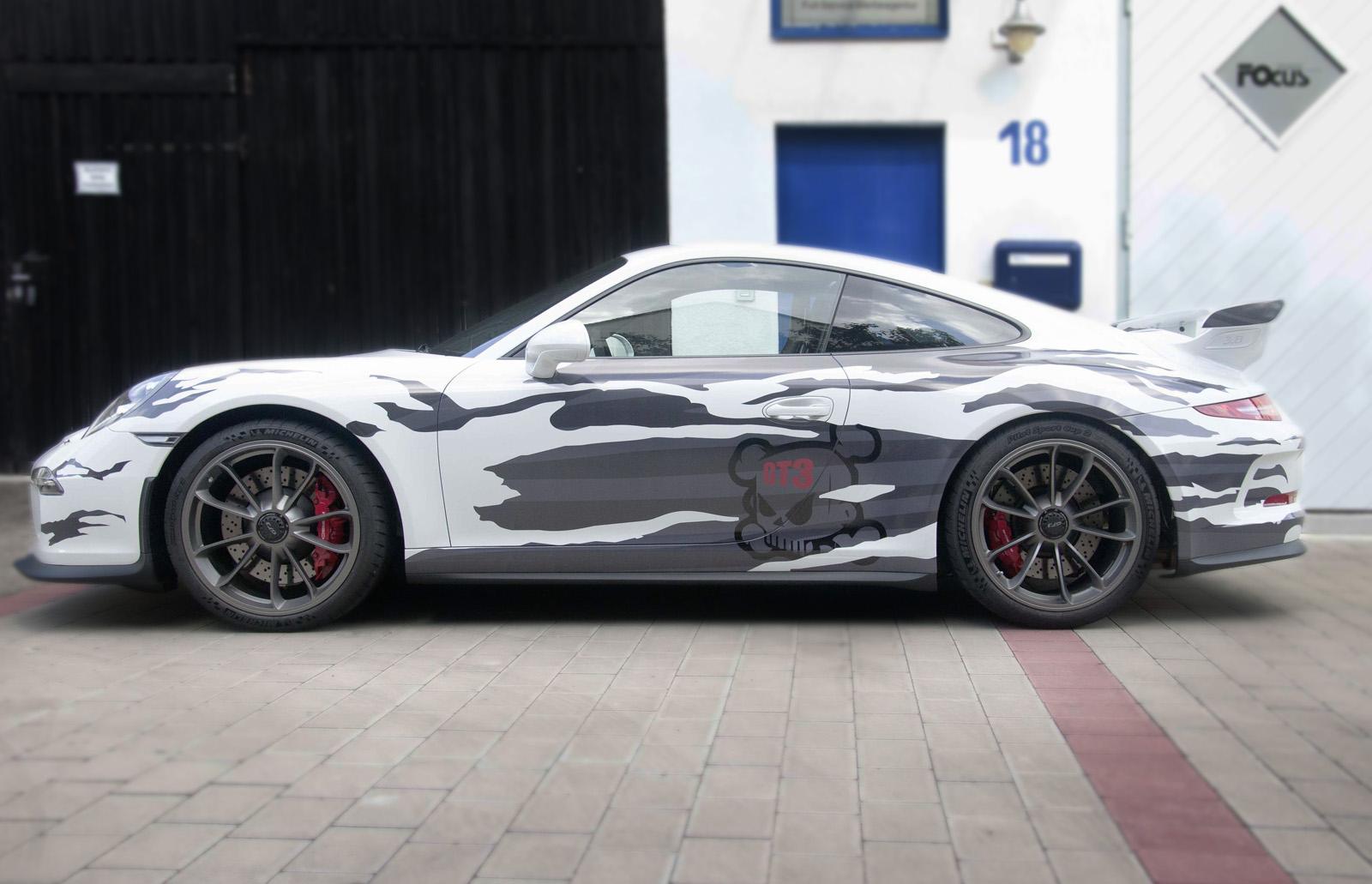Seitliche Aufnahme der Porsche GT3 Beklebung in einem grauen Streifendesign mit zerissenen Flächen.