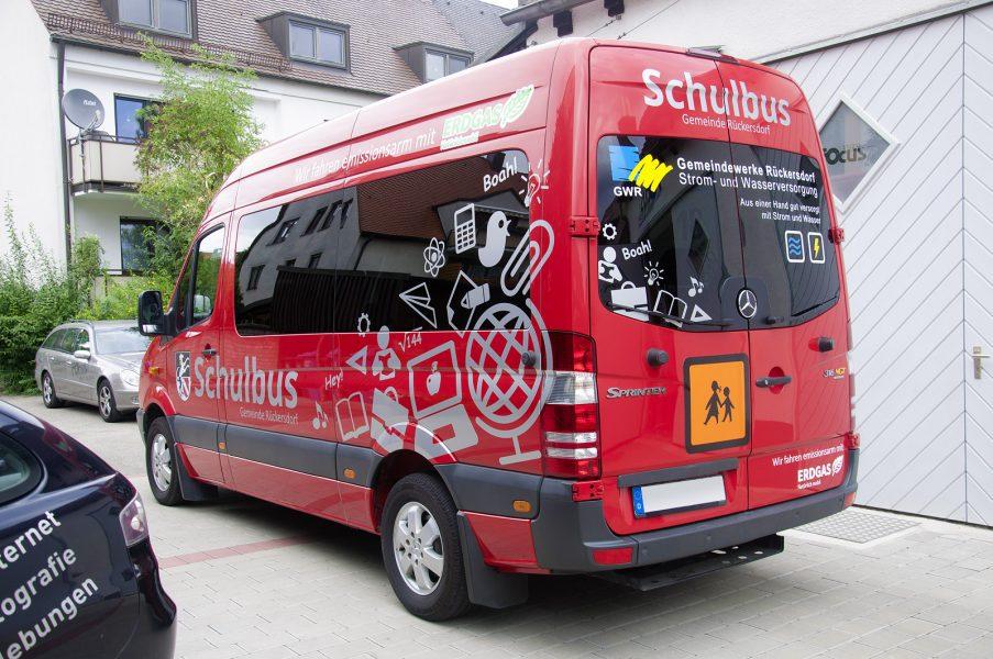 Vollansicht von hinten links, der Folienbeklebung des Schulbusses der Gemeinde Rückersdorf mit grauer Folie.