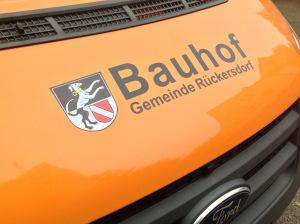 Flottenbeklebung für die Gemeinde Rückersdorf. Schwarze Folienschrift auf oranger Kühlerhaube.