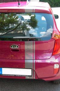 """Heckansicht des grauen Folienstreifens auf einem pinken Kia Kleinwagen für """"Johannes Kuhl Project Consulting"""" als sportlicher Akzent."""