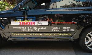 """Autobeklebung der Firma """"Fachmarkt Zenger"""" mit roten, gelben und weißen Plottbuchstaben aus Folie."""