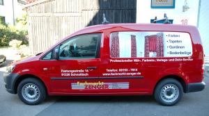 Seitansicht des Fahrzeugdesigns für den Fachmarkt Zenger in Schnaittach mit weißer und roter Schrift und einer Abbildung roter Gardinen.