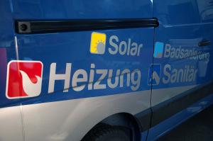 Icons und Aufzählungspunkte für einen Handwerker auf der Seite eines blauen Fahrzeugs als Folienplott.
