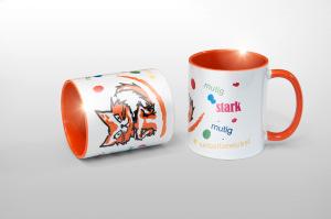 """Bedruckte Tassen für """"Trau-dich-was"""" in fröhlich-bunter Optik mit knalligen Farbklecksen und oranger Innenseite."""
