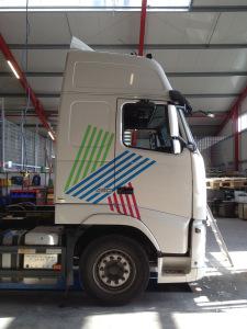 LKW-Beklebung mit dem Logo der Firma Köpsel mit grüner, blauer und pinker Folie.