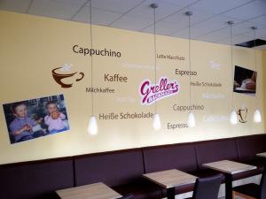 Schlagwortwolke des Angebots in Brauntönen und Weiß als Wandtattoo für den Bäcker Greller mit zwei Tassen und zwei Fotodrucken.