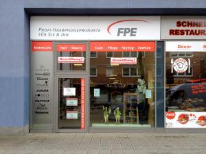 Gestaltung der Schaufensterfront für FPE mit einem großformatigem Schild und einer passenden Beklebung der Fenster in rot, weiß und grau.