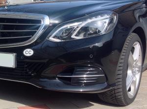 """Schwarze Schrift """"CC"""" auf weißem Grund als Aufkleber auf Adhesionsfolie für die Kennzeichnung eines konsularischen Fahrzeuges."""