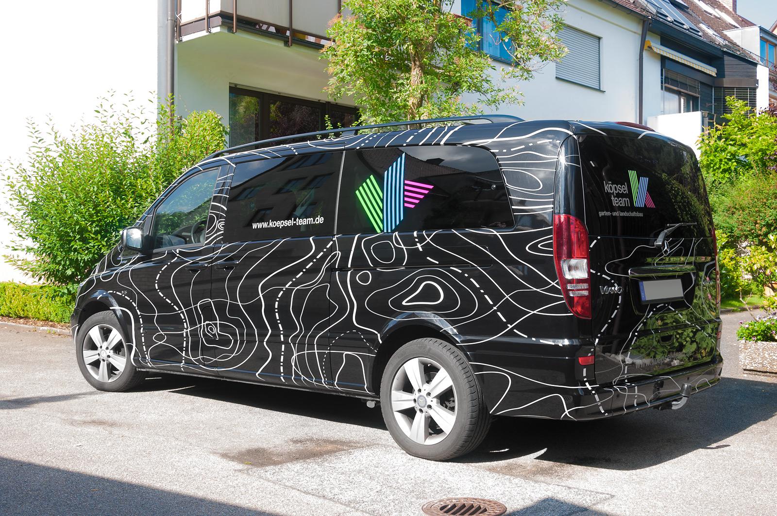 Beklebung eines Fahrzeuges in verschiedenen Grautönen in Optik einer Wetterkarte