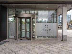 Folierung des Foyers mit Glasdekorfolie und ausgeschnittenem Logo