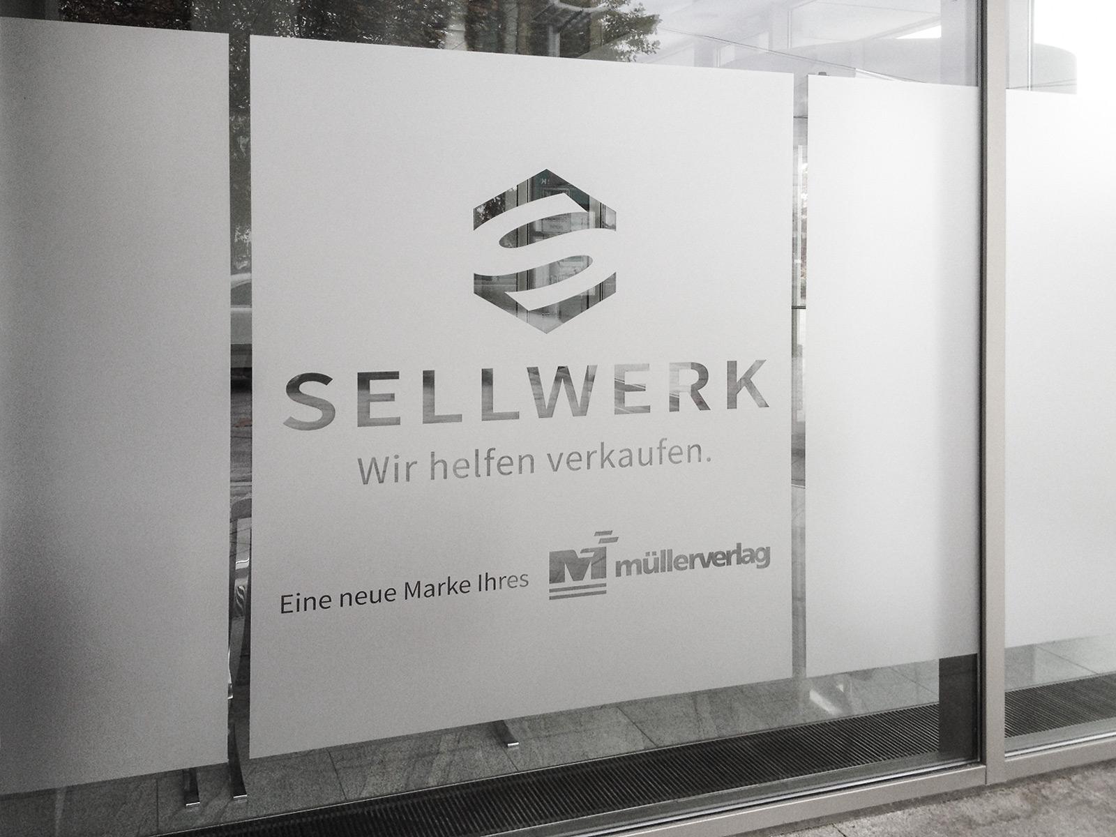 Glasdekorfolierung mit negativem Logo für die Firma Sellwerk