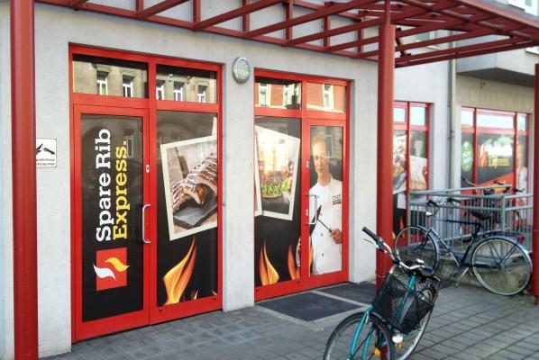 Werbeagentur Focus Großformatige Sichtschutz Beklebung für Spare Rib Express
