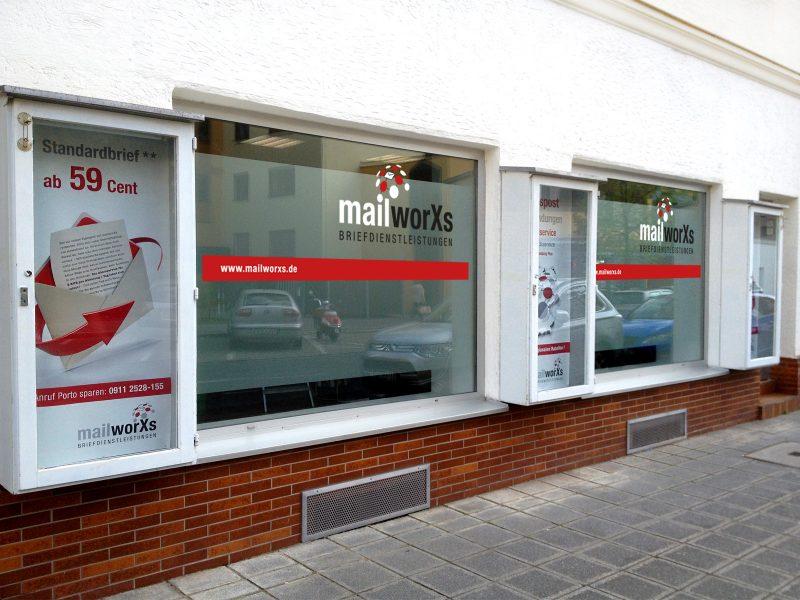 Frontansicht der mit Glasdekor und Logo folierten mailworXs-Filiale in Nürnberg