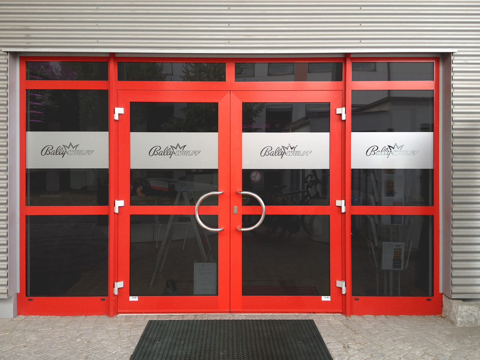 Sichtschutzbeklebung und Firmenschild aus Acrylglas