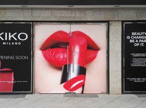 Vollflächige Folierung einer Ladenfront zur Ankündigung der Neueröffnung