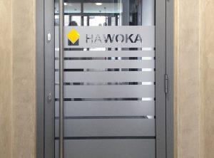 Durchlaufschutz aus Glasdekor an einer Eingangstüre, ergänzt mit Logo aus farbiger Folie