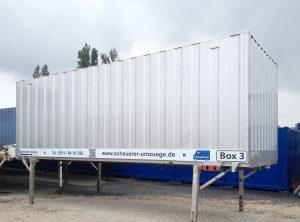 Seitenansicht des folierten Containers einer Umzugsfirma