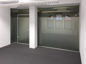 Folierte Glaswand in einem Büro von Opitsch und Heinisch