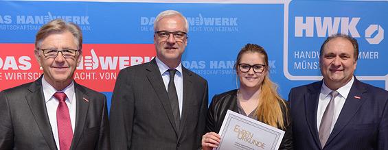 Zuschnitt des Gruppenfotos bei der Zeugnisübergabe beim Leistungswettbewerb des Deutschen Handwerks mit Cora Pfeifer