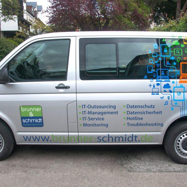 Bunte Icons auf silbernem VW Bus und einer Reihe von Aufzählungspunkte der Dienstleistungen für Brunner und Schmidt
