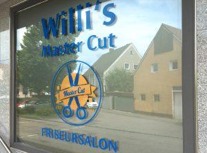 Willi's Master Cut Logo als Schaufensterbeklebung in gold und blau