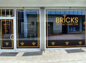 Frisch beklebte Schaufensterfront des Bricks Cafés