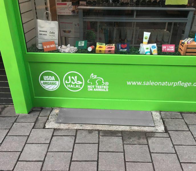 Folienbeschrifteter Rahmenteil des Naturpflegeladens Saleo in Nürnberg