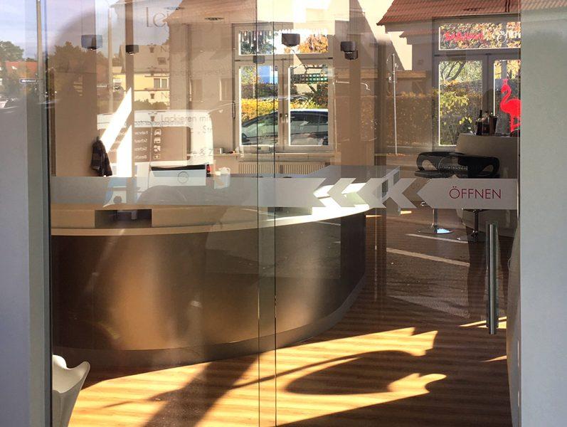 Druchlaufschutz an Eingangstüre für die Flamingo Nailbar in Erlangen