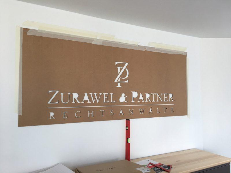 Montageplatte für die Wandbuchstaben der Rechtsanwaltlogos von Zurawel und Partner