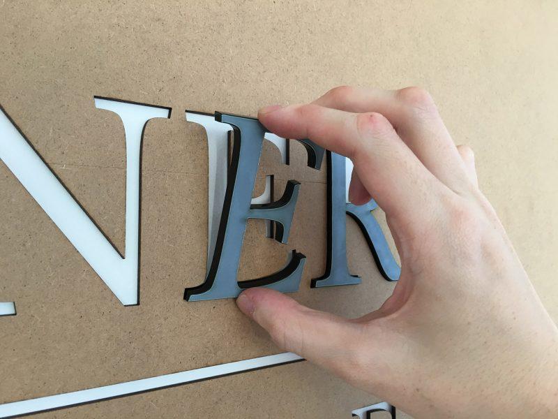 Wandbuchstaben-Montage der Rechtsanwaltlogos von Zurawel und Partner