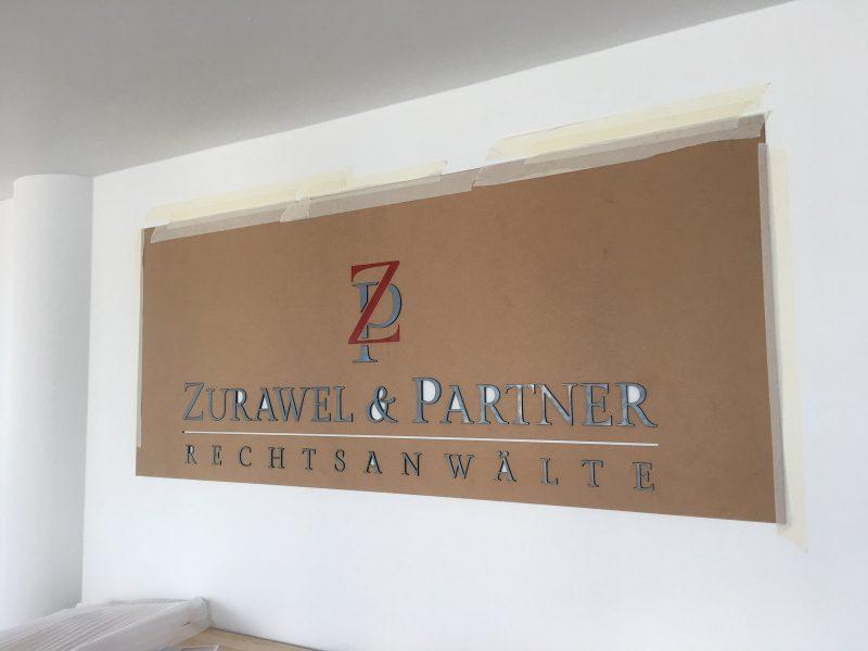 Wandbuchstaben-Montage mit Montageplatte der Rechtsanwaltlogos von Zurawel und Partner