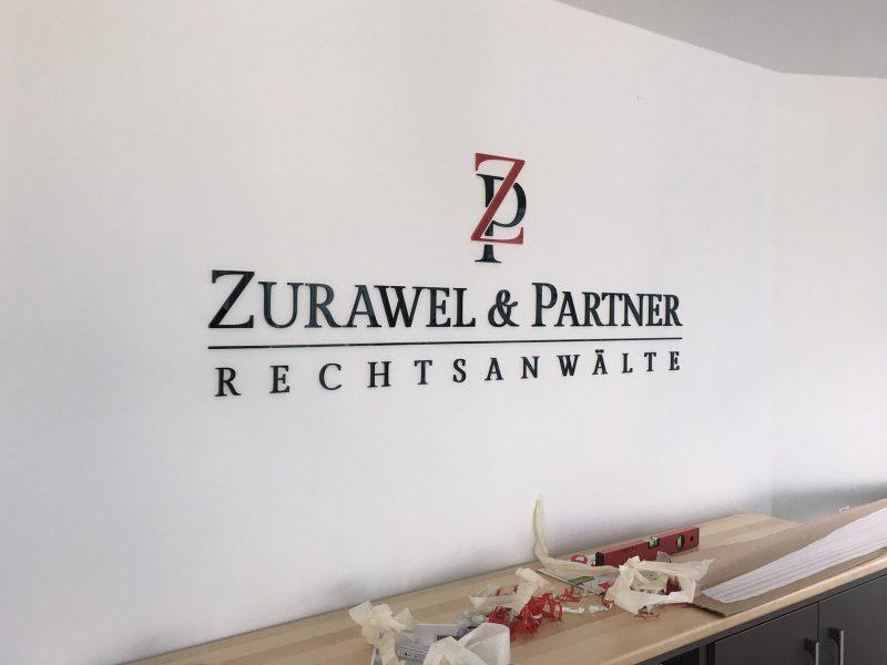 Rechtsanwaltlogo aus Acrylbuchstaben die an einer Wand montiert wurden für Zurawel und Partner