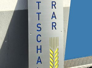 Edelstahlschild mit lasergeschnittenem Logo