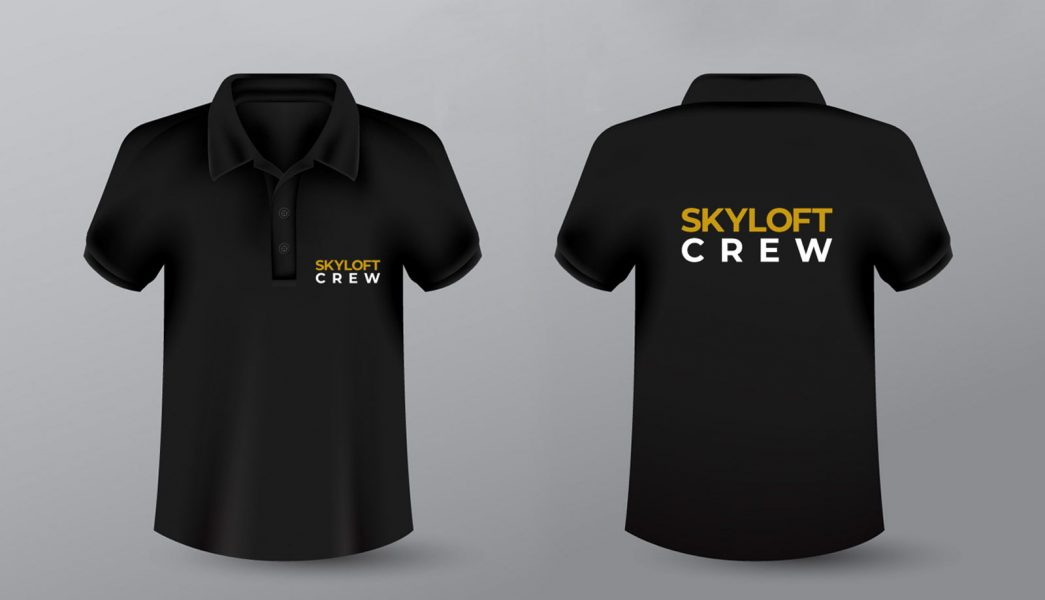 Schwarzes Polo-Shirt für Skyloft das auf der Vorder- und Rückseite mit dem Logo bedruckt wurde