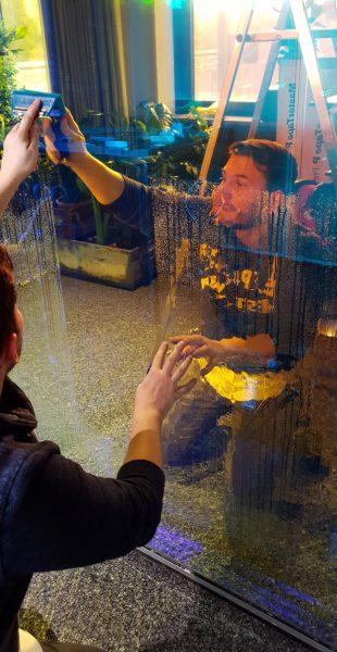 Folierer montiert dichroitische Folie mit entspanntem Wasser