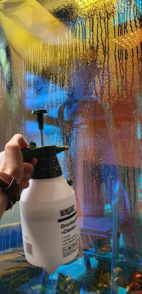 Montage dichroitischer-Folie mit entspanntem Wasser