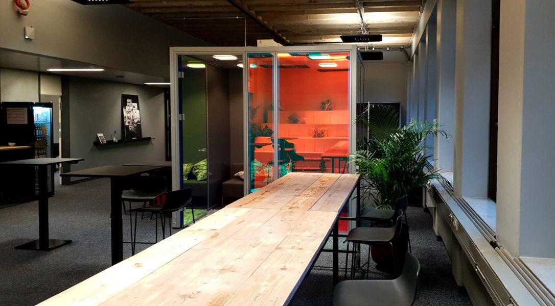 Fabenspiel dichroitischer Folie auf mehreren Glas-Cubes in Büroräumen bei Design Offices