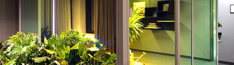 Dichromatische Folien als edler Sichtschutz in modernen Bürolandschaften.
